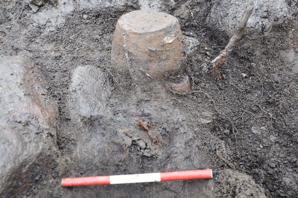 Upp-och-nedvänd gravurna från en av gravarna.
