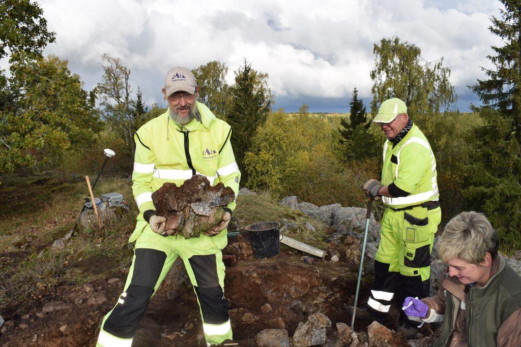 Fredrik Larsson håller i ett större fragment av den förglasade muren.