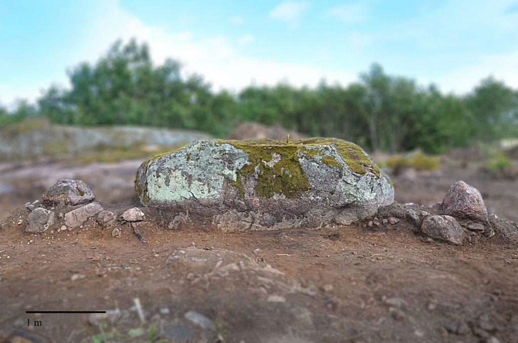 Sektion genom stensättningen i nord-sydlig riktning.