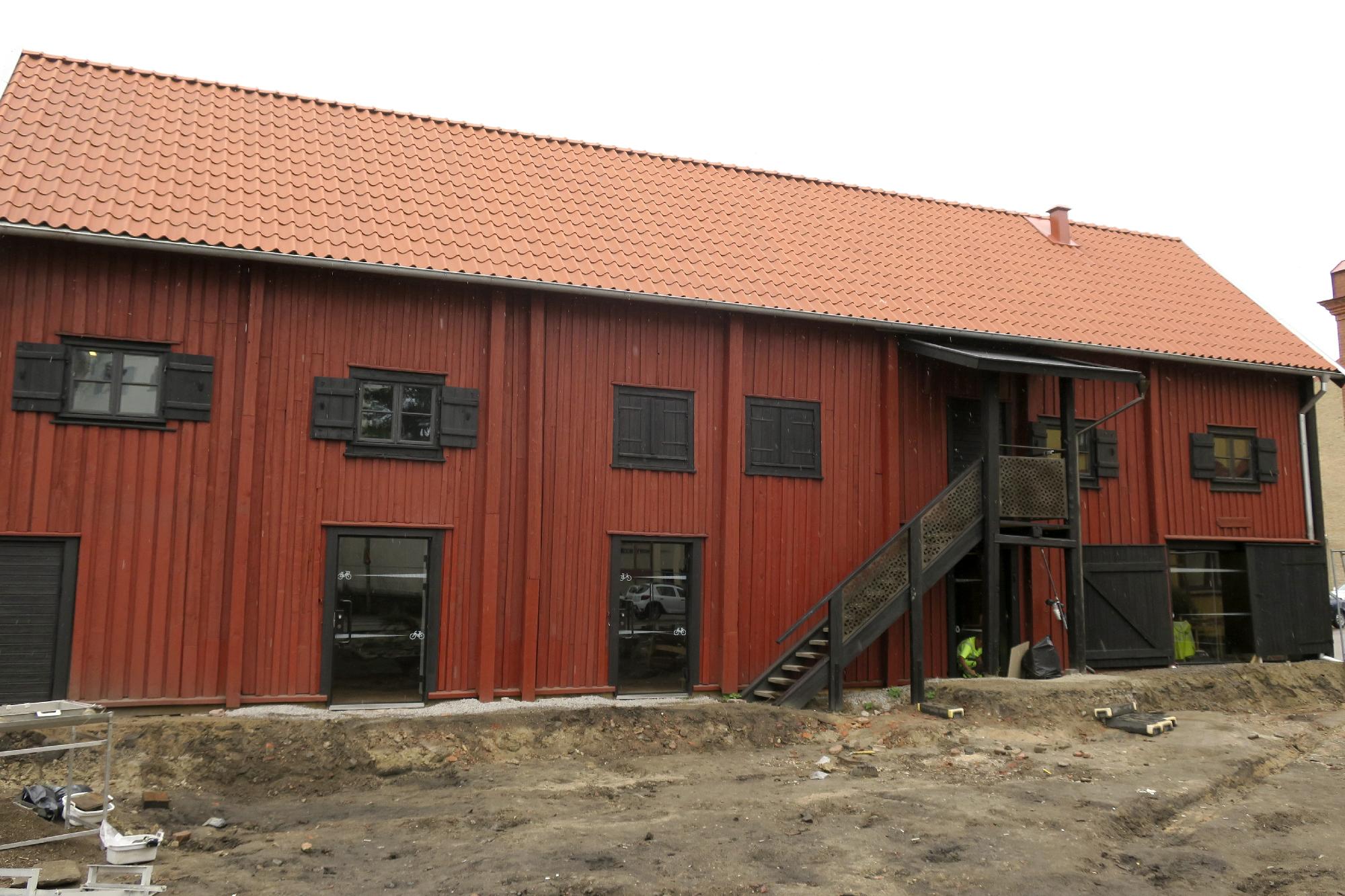 Renoverad magasinsbyggnad med anor från 1700-talet. Det röda huset är idag helt renoverat och den ursprungligen var det troligen ofärgat. Foto: Arkeologerna.