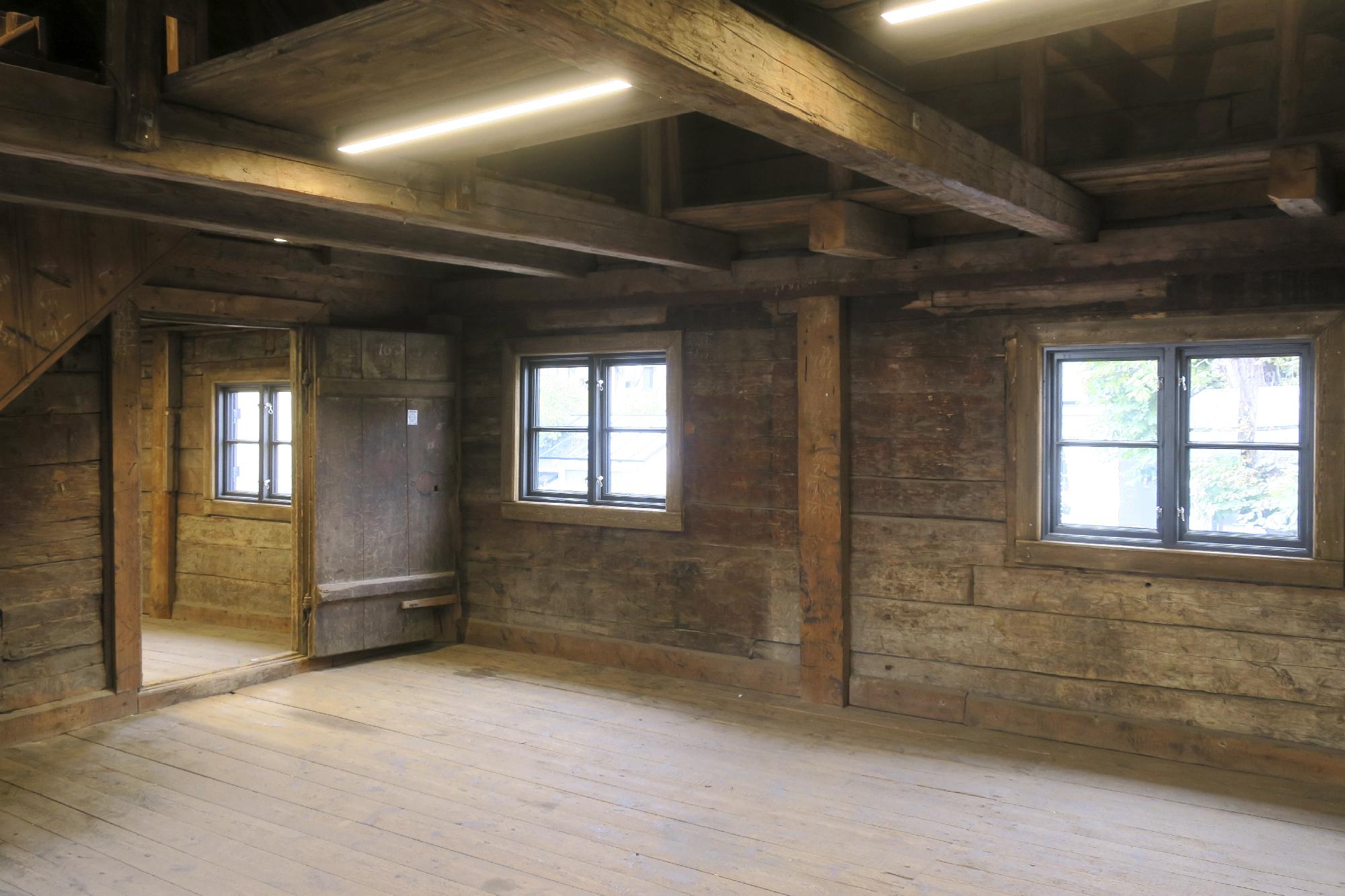 Andra våningen i det stående magasinet, här luktar det trä och tjära. Foto: Arkeologerna.