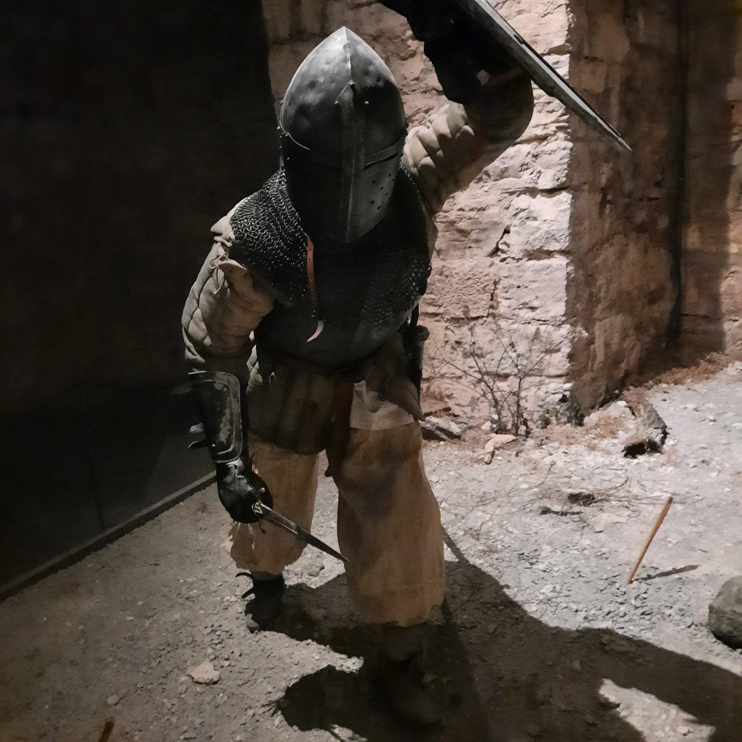 De framrusande soldaterna försökte ta sig över murarna utan att träffas av armborstskyttarna vid murkrönen.
