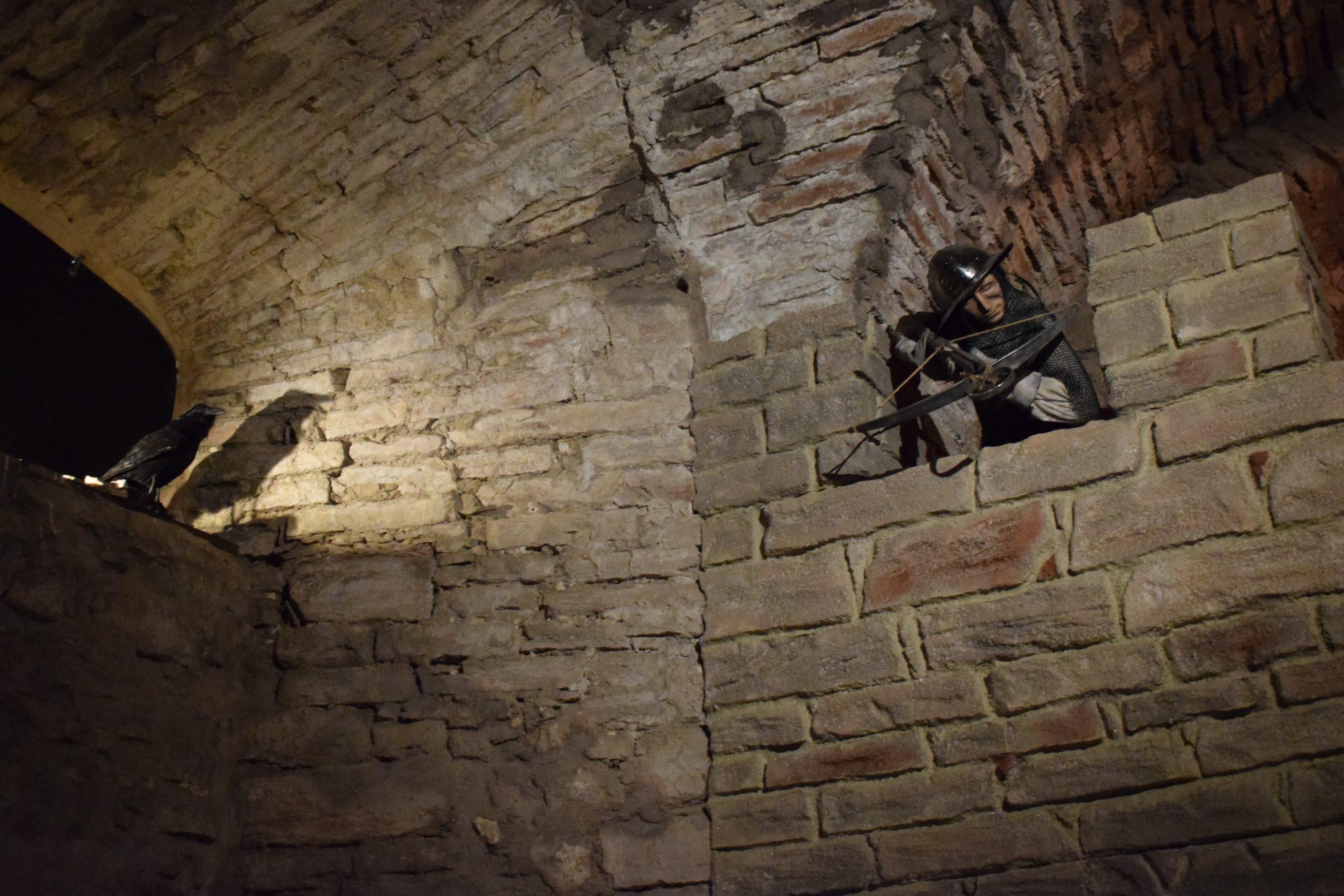 Ringmurarna var nog redan uppförda under 1200 – talet. Härifrån kunde armborstskyttar försöka träffa angriparna.