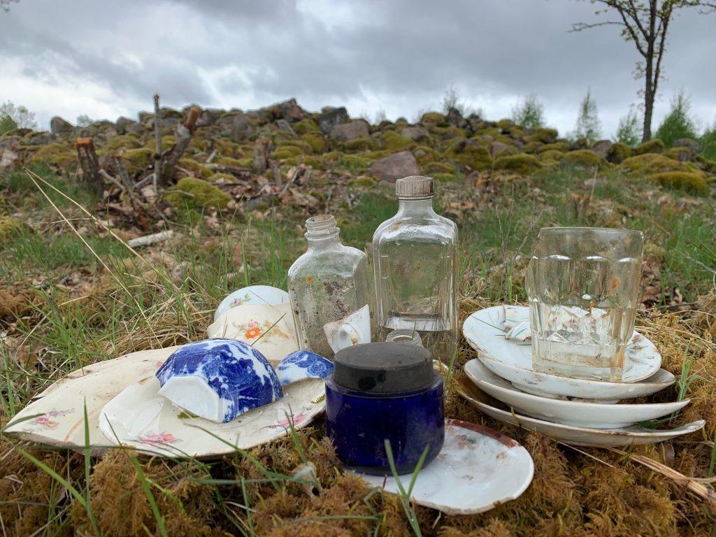 En liten kollektion av porslin, flaskor och dricksglas från röset.
