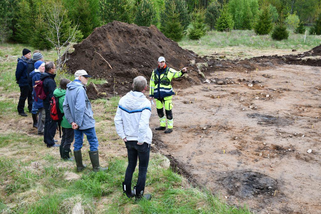 Kronobergs arkeologiska förening på besök. I bakgrunden syns lämningarna av ett hus från romersk järnålder. Foto Krister Kám Tayanin, Arkeologerna.