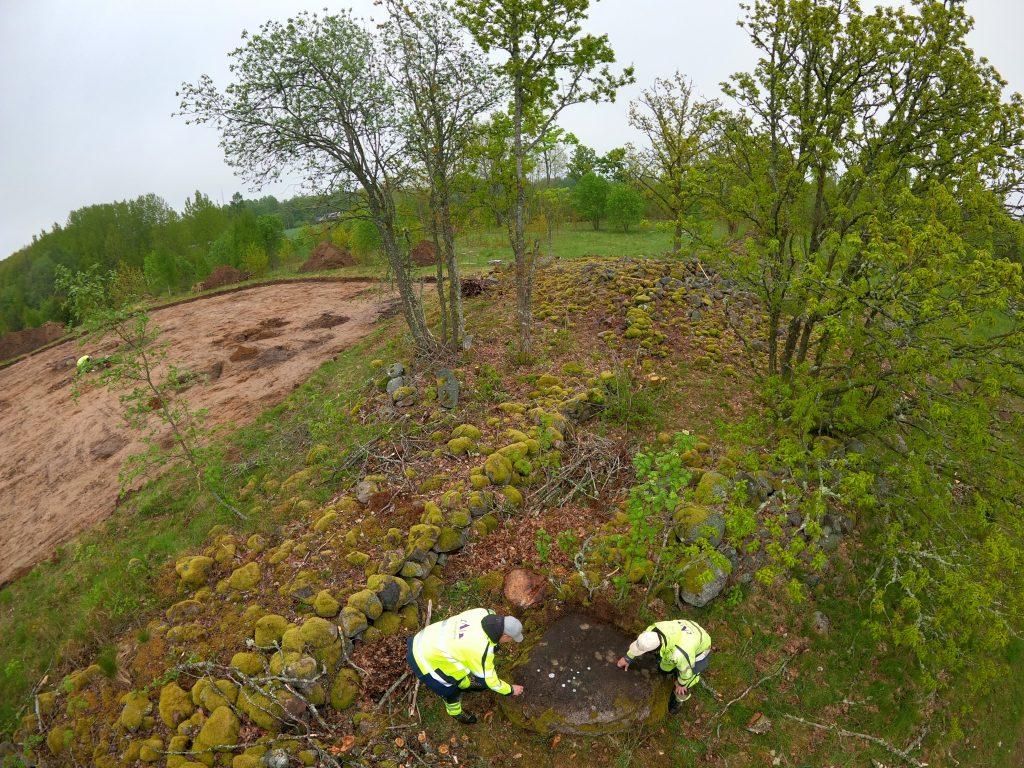 Blocket med ifyllda skålgropar i sitt sammanhang. Foto Krister Kám Tayanin, Arkeologerna.