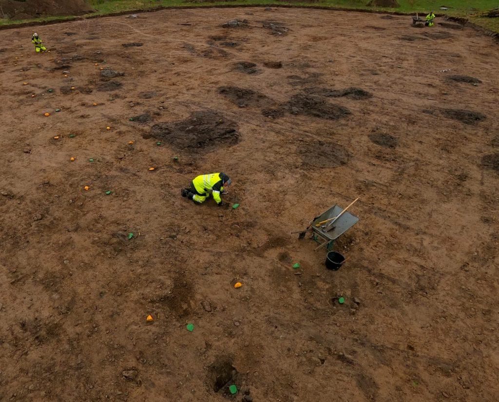 Gröna respektive gula stenar markerar stolphål som ingått i de båda husens inre takbärande konstruktioner. Bortsett från en ingång från söder fann vi inga säkra spår efter husens ytterväggar. Det gröna huset som vi tror är det äldsta var drygt 25 meter långt och fem meter brett medan det gula var lite kortare. Foto: Krister Kám Tayanin, Arkeologerna CC-BY