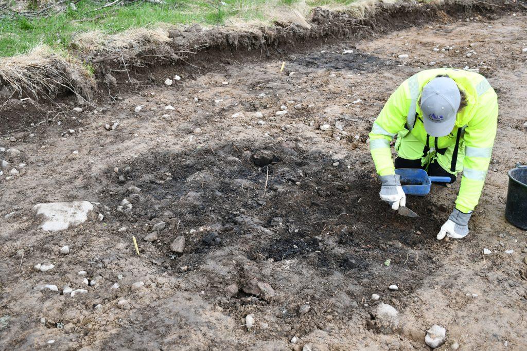 En av härdarna undersöks. Foto: Krister Kám Tayanin, Arkeologerna